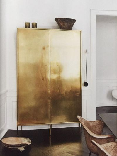 Metallic decors, whether in gold, copper, or brass, instantly add appeal to your space.